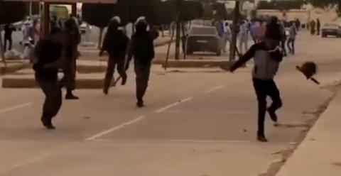 شرطي يرمي طالبا بقبعته ...