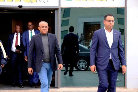 """رئيس الكاف صحبة رئيس الإتحاد الموريتاني لحظة وصوله """" أم التونسي الدولي """""""