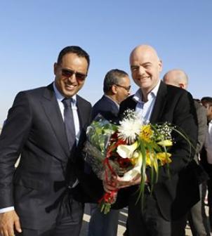 """رئيس الفيفا صحبة رئيس الإتحاد الموريتاني لحظة وصوله """" أم التونسي الدولي """""""