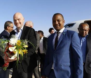 """رئيس الفيفا صحبة وزير الرياضة الموريتاني محمد ولد جبريل لحظة وصوله مطار """" أم التونسي الدولي """""""