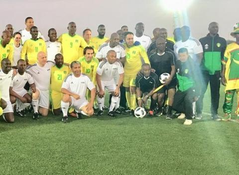 رئيس الفيفا و رئيس الإتحاد الموريتاني بين لاعبي الفريقين في صورة جماعية